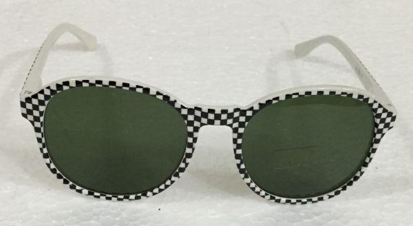 87544f11b8463 Óculos de sol em acetato nas cores preta e branca com lentes de cristal