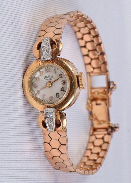 91d553eae5f Relógio de pulso feminino da década de 50 em ouro 18k. Mostrador com 4  pequenos diamantes da manufatura
