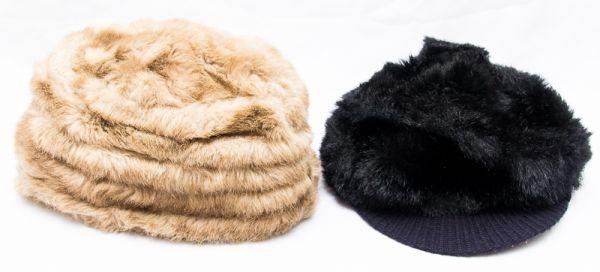 3e4b2e809d064 Lote contendo 1 quepe de pelo preto com aba de tricô azul-marinho e 1 gorro  de .