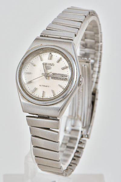 b2bf00c8df1 Relógio feminino em aço com duplo calendário marca seiko