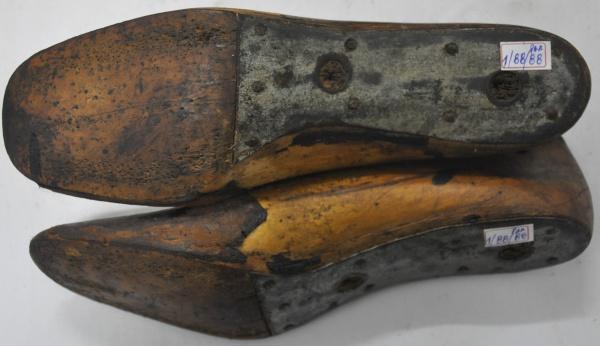 28993113d Antigo par de forma de sapato feminino em madeira, núme
