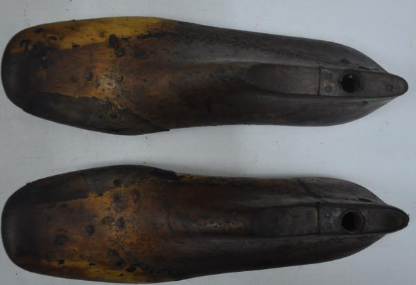 ef9f1cd52 Antigo par de forma de sapato feminino em madeira, número 37; 9 x 24 cm