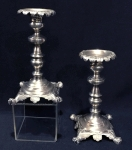 Prata brasileira, século XIX - lindo par de castiçais para uma vela c/ com ricos detalhes em relevo sobre 4 pés em garra. Peso de 500 gr