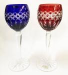 AJKA, Hungary - duas lindas taças para vinho tinto em cristal lapidado à mão de produção limitada, nas cores double rubi e azulão, com colunas sextavadas e base redonda com lapidação estrela. Selo original de fabricação. Altura de 21 cm.