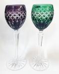 AJKA, Hungary - duas lindas taças para vinho tinto em cristal lapidado à mão de produção limitada, nas cores violeta e verde, com colunas sextavadas e base redonda com lapidação estrela. Selo original de fabricação. Altura de 21 cm.
