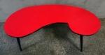 Mesa de centro, década de 60, em forma de feijão com tampo vermelho de alto brilho. Com 4 pés palito. Medidas: 98 x 46 cm e 36 cm de altura.