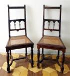 Par de antigas cadeiras em madeira torneada, encerada com assento em palha natural. Assento com 45 x 40 cm e altura de 1,02 m.